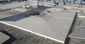 Flat roof drainage using tapered insulation